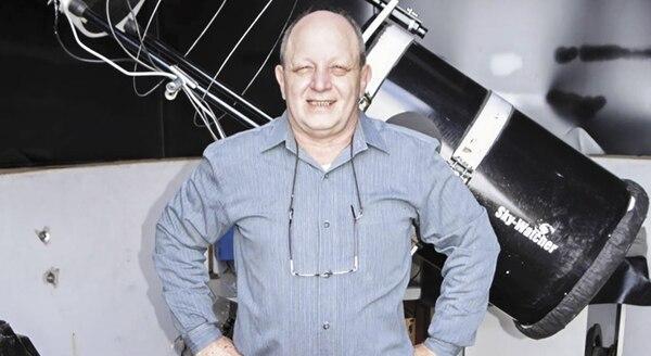 Víctor Buso posa orgulloso con su telescopio descubridor de supernovas