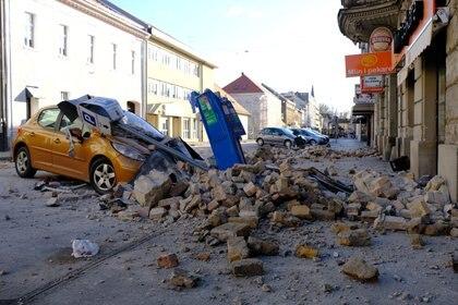 Un auto destruido tras el sismo (Reuters)