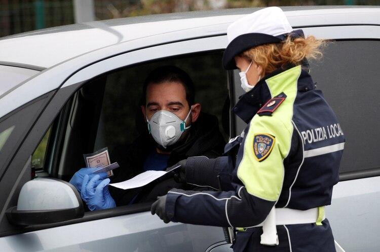 Control policial en el sur de Italia (REUTERS/Alessandro Garofalo)