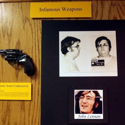 El arma con que Mark David Chapman asesinó a John Lennon, expuesta en el museo de a Policía de Nueva York (REUTERS/Chip East)