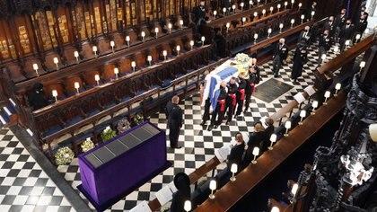 La procesión detrás del féretro duró 8 minutos. El príncipe Carlos lloró mientras caminaba detrás del ataúd de su padre (AFP)