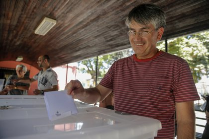 Un hombre vota en Santiago. (JAVIER TORRES / AFP)