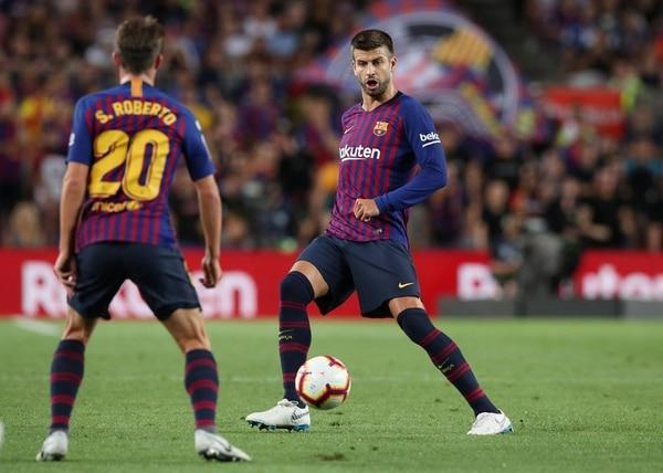 Soccer Football – La Liga Santander – FC Barcelona v Alaves – Camp Nou, Barcelona, Spain – August 18, 2018 Barcelona's Gerard Pique and Sergi Roberto in action REUTERS/Albert Gea