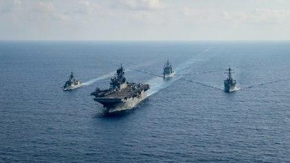 El USS Barry (derecha) navega en formación junto a la fragata australiana HMS Parramatta, el crucero estadounidense USS Bunker Hill y el buque de asalto anfibio USSS America (Petty Officer 3rd Class Nicholas Huynh/U.S. Navy/REUTERS)
