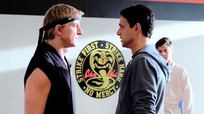 "William Zabka como Johnny Lawrence y Ralph Macchio como Daniel LaRusso en ""Cobra Kai"" (Crédito: Shutterstock)"