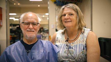 Terry Bulmer, junto a su esposa Janette, en la clínica de rehabilitación ALCLA