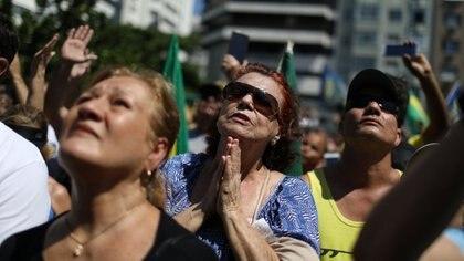 Los manifestantes realizaron una oración por la pronta recuperación de Bolsonaro (Reuters)