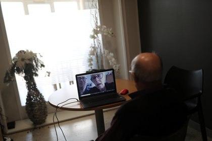 Un anciano habla con su hija por videollamada en un asilo de ancianos, durante el brote de coronavirus en Artes, cerca de Barcelona, España, el 30 de abril de 2020. (REUTERS/Nacho Doce)