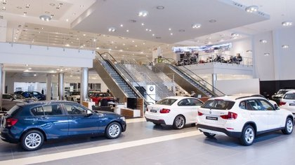 El que tiene dólares para comprar un 0 km es el que tiene más ventajas, porque los autos están valuados al cambio oficial y las divisas se pueden convertir al cambio financiero (Europa Press)