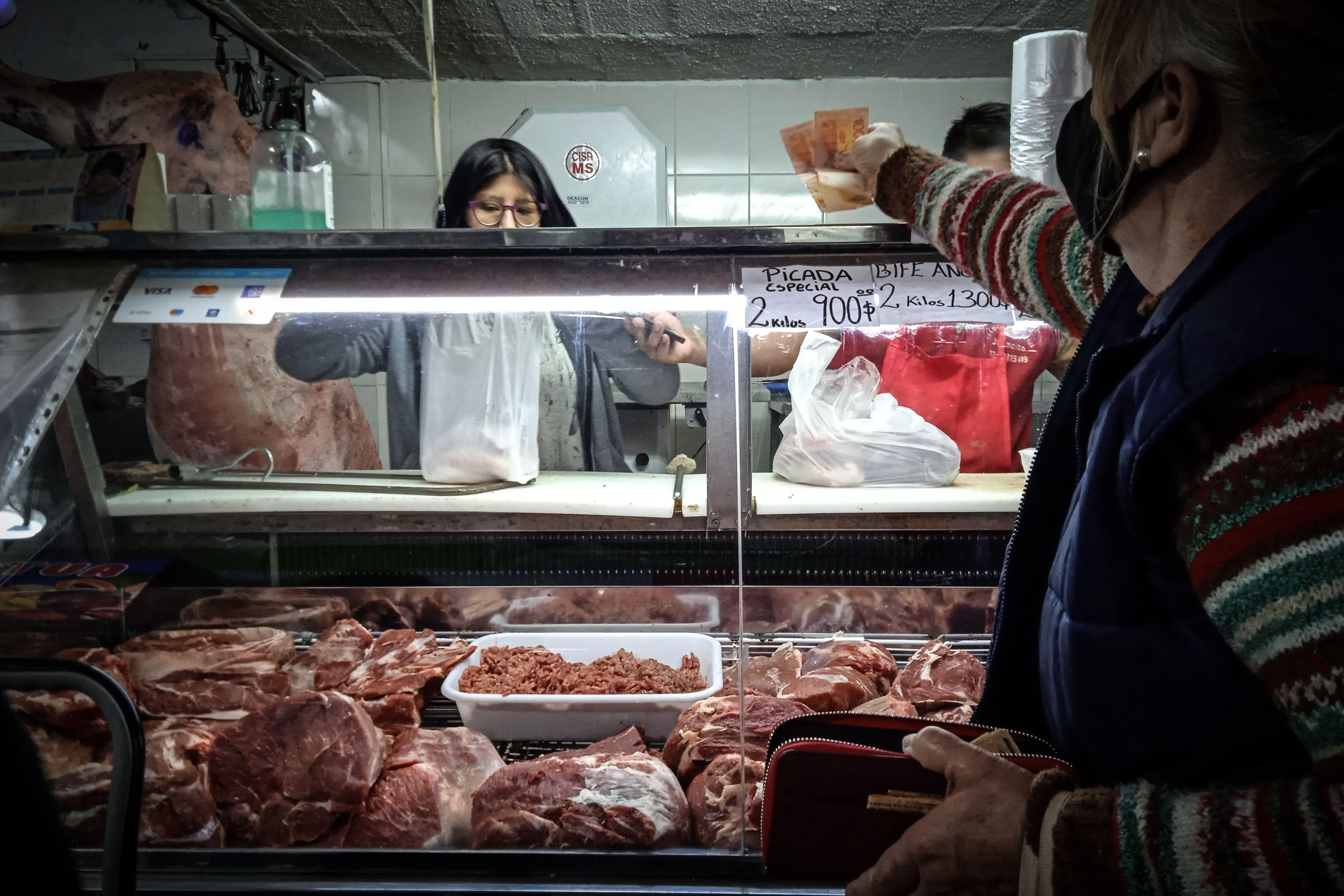 Una persona compra en un mercado en Buenos Aires (Argentina). EFE/ Juan Ignacio Roncoroni/Archivo