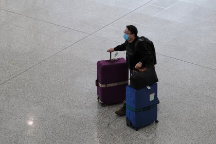 Un pasajero camina por el aeropuerto de Hong Kong llevando una mascarilla para evitar contagiarse coronavirus, este jueves 5 de marzo de 2020 (Reuters)