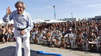 Carlitos Balá se mostró feliz y emocionado en Playa Grande (Fotos: Prensa Aguada)