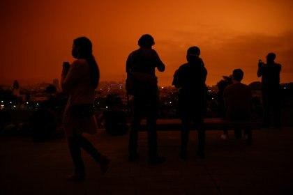 Un grupo de personas en el Dolores Park bajo un cielo anaranjado oscurecido por el humo de los incendios forestales el 9 de septiembre de 2020. REUTERS/Stephen Lam