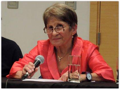 """""""La infancia de Aurelia fue la de María Rosa: muy triste. Porque a esa inadecuación que provoca la hipoacusia se agregó mi extranjería. Casi todo lo que cuento de la infancia y la adolescencia de Aurelia es real. Muy duro porque yo no sólo era inmigrante pobre sino gallega"""". (María Rosa Iglesias)"""