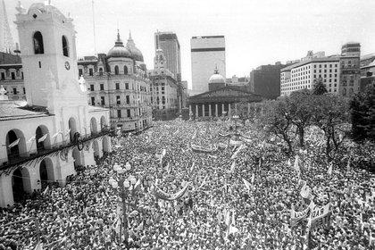 La vista de la Plaza de Mayo el 10 de diciembre de 1983, el día de la restitución de la democracia y de la asunción de Raúl Alfonsín, convirtiéndose en el primer presidente democrático tras la dictadura cívico militar que había gobernado el país los últimos ocho años (NA)