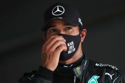 El piloto británico de Fórmula 1 Lewis Hamilton tras lograr la pole position en la clasificación del Gran Premio de Portugal disputada en el Autódromo Internacional do Algarve cerca de Portimão, en Portgula, el 24 de octubre de 2020. Pool vía REUTERS/Jose Sena Goulao