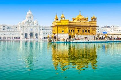 El Templo Dorado de Amritsar India tiene una arquitectura sij única. Construido a un nivel más bajo que el nivel de la tierra circundante, el gurudwara enseña la lección del igualitarismo y la humildad. Las cuatro entradas de este santuario sagrado en cuatro direcciones significan que todas las personas son igualmente bienvenidas (Shutterstock)