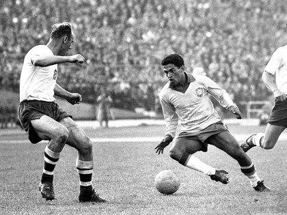 Garrincha brilló en todas las canchas, pero cuando murió en la miseria fue velado en el Maracaná, donde miles de personas acudieron a la despedida.