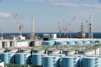 Vista de las unidades 1 a 4 del reactor sobre los tanques de contención de agua contaminada con radiación en la central nuclear de Fukushima Daichi, en Okuma, Japón, el 23 de enero de 2019. EFE/Archivo/Kimimasa Mayama/Archivo