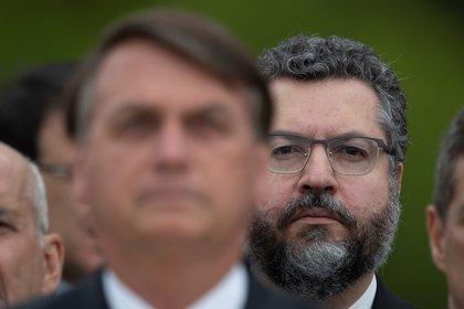 El presidente de Brasil, Jair Bolsonaro (i) y el canciller de Brasil, Ernesto Araujo. EFE/ Joédson Alves/Archivo