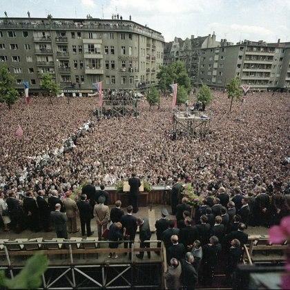 """Kennedy dando el famoso discurso en el que lanzó """"Soy un berlinés"""", frente a la alcaldía de Berlín Occidental, en junio de 1963."""