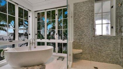 La propiedad de estilo español incluye la residencia principal de dos pisos, una casa de huéspedes separada y una cabaña al aire libre con vista directa a la piscina y al spa con hidromasaje (The Grosby Group)