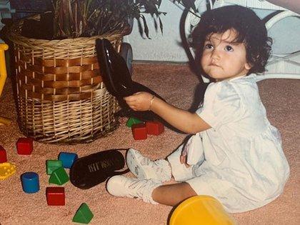 Glenda Reyna publicó esta adorable imagen de su hija, Eiza, cuando era pequeña, y destacó la pasión por la moda que sentía desde que era pequeña (Foto: Instagram @glendareyna)