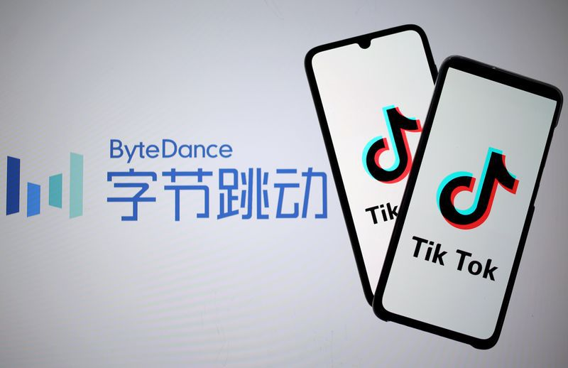 El logo de Tik Tok en dos teléfonos inteligentes. Detrás, logo de Bytedance, la empresa china dueña de la aplicación. REUTERS/Dado Ruvic