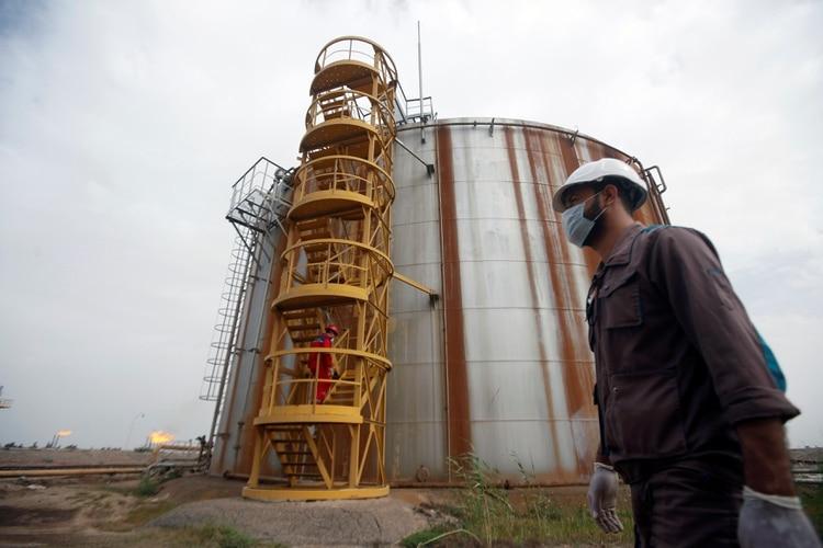Un trabajador petrolero con barbijo en el campo petrolero de Nahr Bin Umar, Iraq (REUTERS/Essam Al-Sudani)
