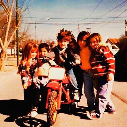 Kevin a los 4 años sobre su primera moto (@kevinmaxbenavides).