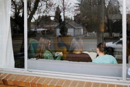 Una familia se aísla en casa en medio del brote de la enfermedad por coronavirus (COVID-19) en Shoreline, Washington.   REUTERS/Brian Snyder