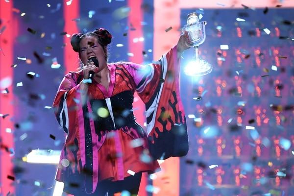 Netta sostiene su trofeo (AFP)