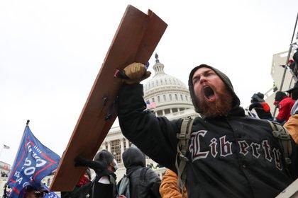 Un partidario de Trump grita fuera del Capitolio, al que entraron cientos de personas. REUTERS/Leah Millis