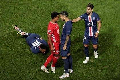 El segundo tiempo comenzó más aspero, con fuertes faltas sobre Neymar para cortar los ataques del PSG. Paredes salió en defensa de su compañero