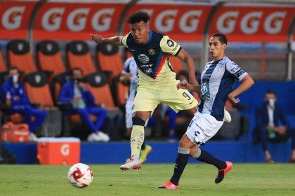 Águilas y Tuzos se enfrentan en la isa de los cuartos de final en la cancha del estadio Hidalgo (Foto: David Martínez Pelcastre/EFE)