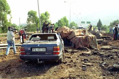Esta foto de archivo del 23 de mayo de 1992 muestra los daños en una autopista que une Palermo con su aeropuerto después de que una explosión de bomba matara al fiscal antimafia Giovanni Falcone (Foto AP/Nino Labruzzo, archivos)