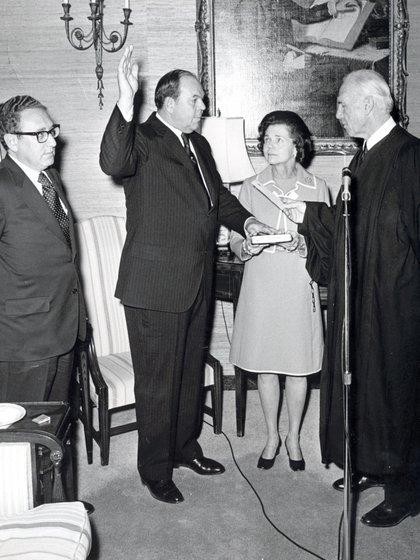 Robert Hill en el momento de prestar el juramento de estilo como embajador en la Argentina. A su lado su esposa y Henry Kissinger.