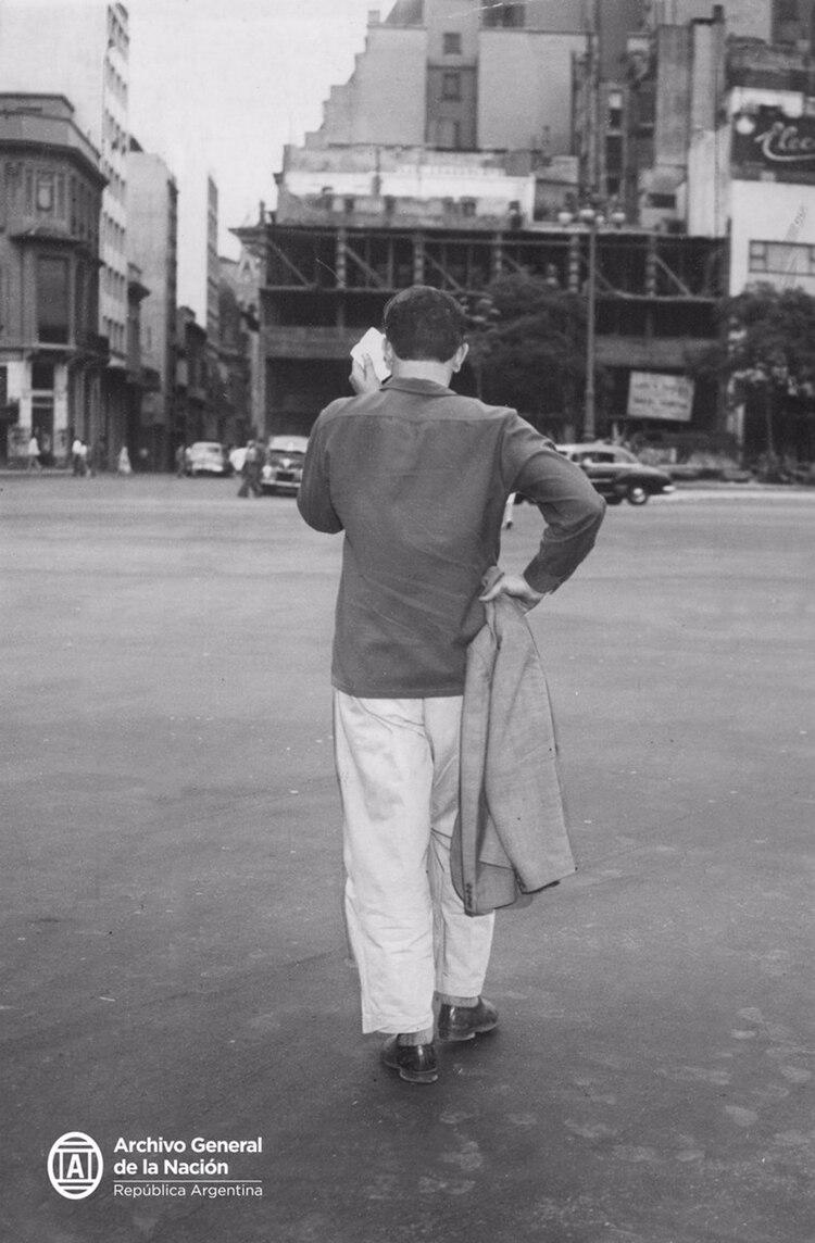 Otro ciudadano porteño víctima de una ola de calor en la década del sesenta (Archivo General de la Nación)