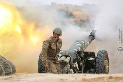 Nagorno Karabaj: soldados armenios disparando artillería durante los combates (Reuters)