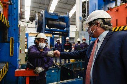 El Gobierno contrapone la salida de empresas extranjeras del país con anuncios de inversión privada comprometida para los próximos meses