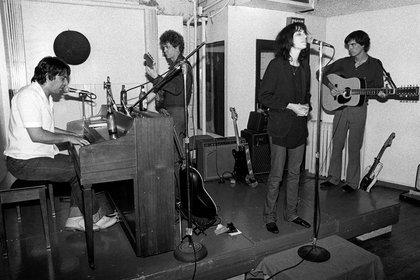 Patti Smith, John Cale al piano, Lou Reed detrás y David Byrne