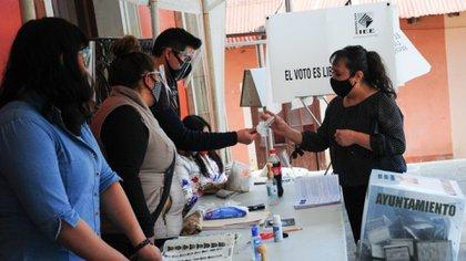 Votaron por unanimidad sobre la resolución: las Consejeras Claudia Zavala y Adriana Favela y del Consejero Ciro Murayama, presidente de la Comisión de Quejas y Denuncias (Foto: Cuartoscuro)