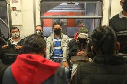 """El uso de cubrebocas es """"obligatorio""""  al ingresar al Metro de la CDMX (Foto: Reuters)"""