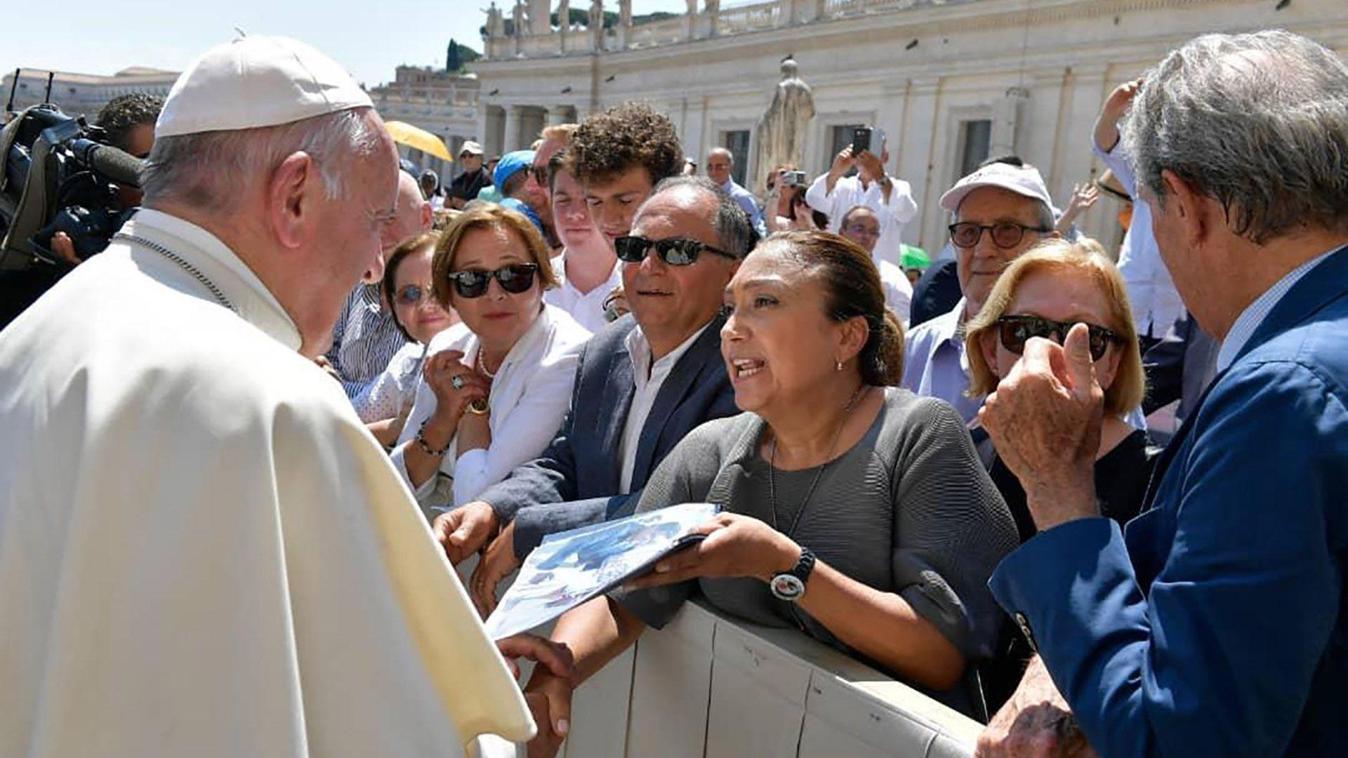 La esposa de Edgar Zambrano y sus dos hijas le pidieron al papa Francisco que interceda por la liberación del preso político (Twitter: @sumariumcom)