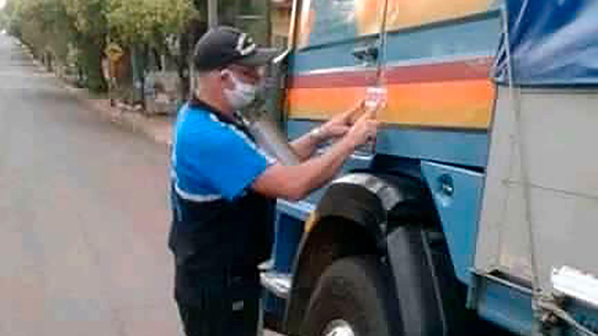 Transportistas de cargas denunciaron que se puso en marcha un método de fajas en la puerta de los camiones para encerrar a los choferes en las cabinas de los vehículos (Foto: FADEEAC)