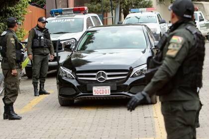 Policías cerca de un vehículo diplomático en la entrada de la Urbanización La Rinconada, donde se ubica la residencia de la embajadora mexicana, en La Paz, Bolivia (Foto: REUTERS/Manuel Claure)