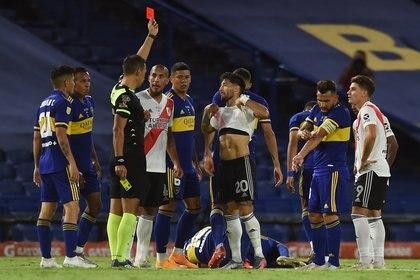 Facundo Tello expulsa a Milton Casco en un Superclásico del pasado. Foto: REUTERS/Marcelo Endelli