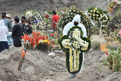 Los enterradores del panteón cavan casi sin descanso y se organizan en grupo para sepultar los ataúdes que van llegando. (Foto: EFE/Jorge Núñez)