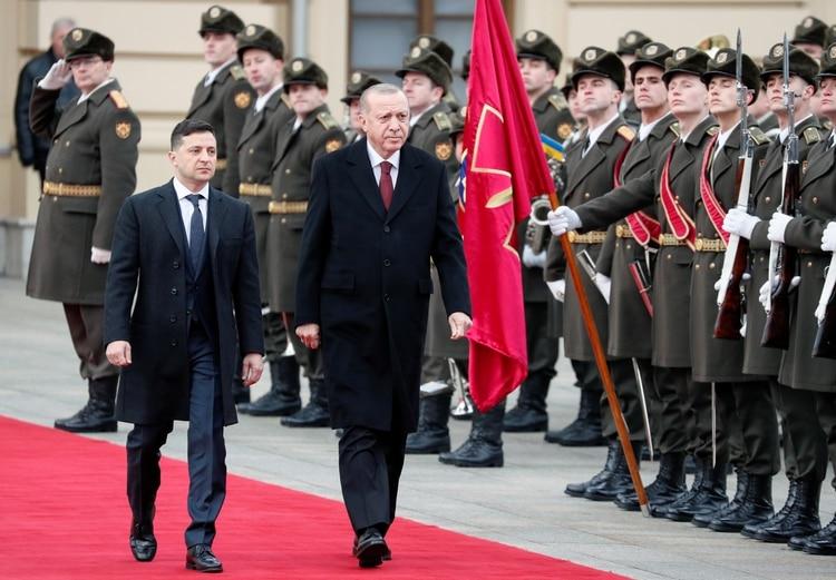 Ukrainian President Volodymyr Zelenskiy and Turkish President Tayyip Erdogan review the honor guard during a welcoming ceremony at the Mariyinsky Palace in Kiev, Ukraine February 3, 2020. REUTERS/Gleb Garanich
