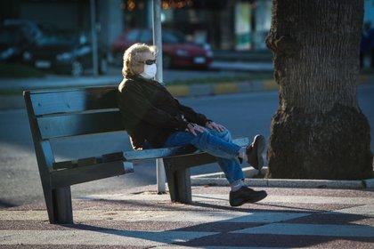 Una mujer descansa en la rambla de Montevideo (Uruguay). Uruguay es uno de los países más envejecidos de la región y la llegada del COVID-19 provocó el desafío de cómo atender a los ancianos. EFE/Federico Anfitti/Archivo